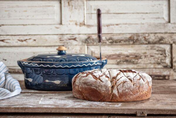 Unser Brotbacktopf aus Keramik ist zum Brotbacken in Holzbacköfen bestens geeignet. Der Elsässer Ton speichert optimal die Hitze und gibt sie gleichmäßig an den Brotteig ab. Das Ergebnis ist immer perfekt!