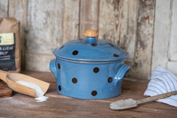 Für Liebhaber von runden Broten ist unsere Cocotte genau das Richtige. Dieser Brotbacktopf aus Keramik ist zum Brotbacken in Holzbacköfen bestens geeignet. Der Elsässer Ton speichert optimal die Hitze und gibt sie gleichmäßig an den Brotteig ab.