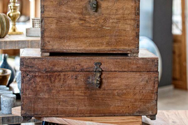 Antike Holztruhe mit Utensilienfach