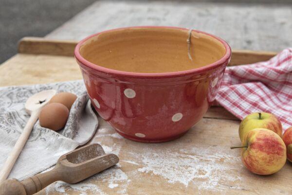 Unsere Elsässer Keramikschüsseln werden sorgfältig, in liebevoller Handarbeit aus Ton des Haguenauer Forstes hergestellt. Jedes Stück ist ein Unikat und ein Schmuckstück auf dem Tisch. Farb- Form- und Gewichtsabweichungen sind typisch und unterstreichen d