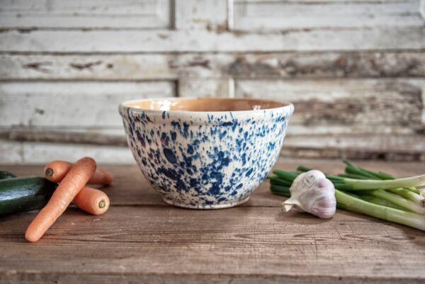 Unsere Elsässer Keramikschüsseln werden sorgfältig, in liebevoller Handarbeit hergestellt. Jedes Stück ist ein Unikat und ein Schmuckstück auf dem Tisch.