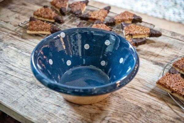 Unsere Elsässer Keramikschüsseln werden sorgfältig, in liebevoller Handarbeit hergestellt. Jedes Stück ist ein Unikat und ein Schmuckstück auf dem Tisch. Farb- Form- und Gewichtsabweichungen sind typisch und unterstreichen den Charakter dieser Keramik. Si