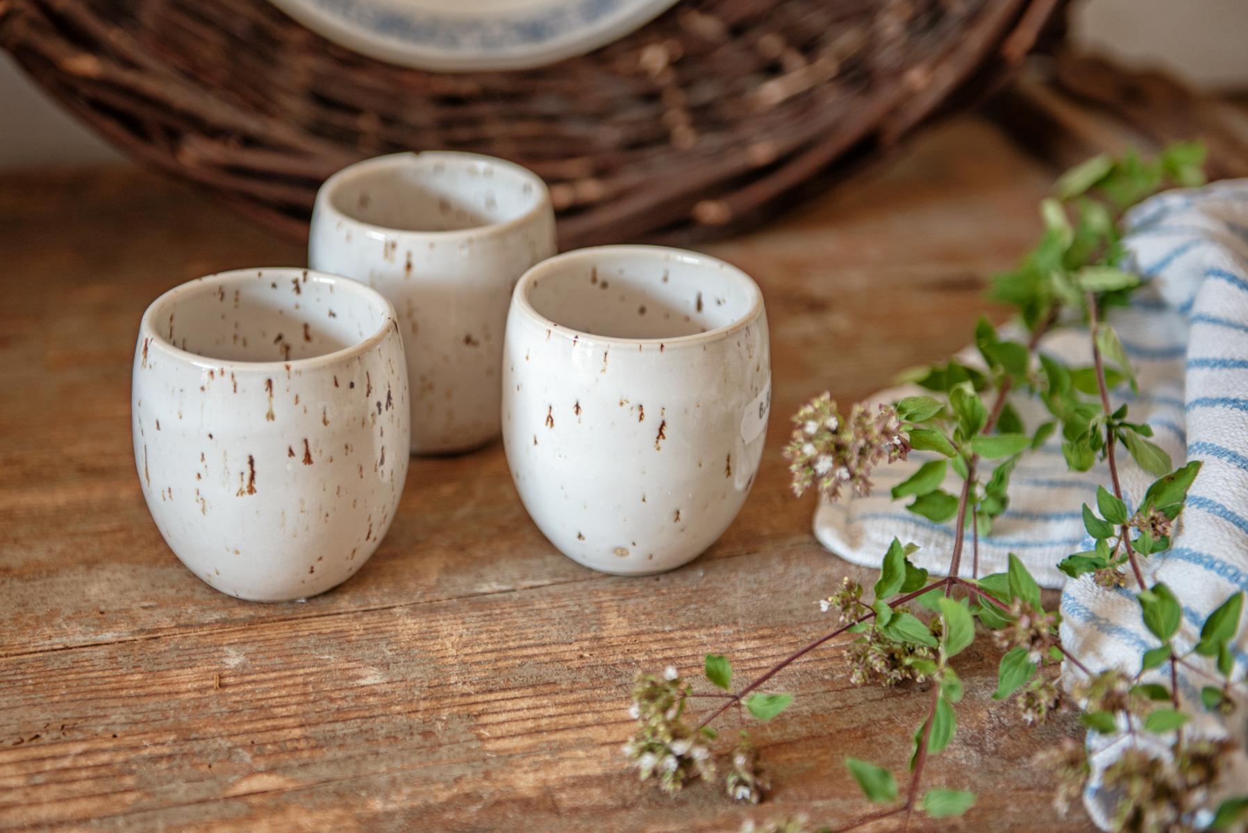 Als Becher für selbstgemachte Säfte oder auch für leckeren Tee, gefallen diese handgetöpferten Gefäße.